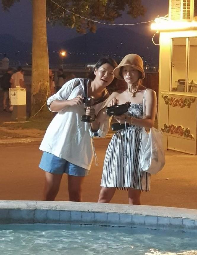 Song Hye Kyo mặt mộc, diện váy quây gợi cảm đi chợ đêm ở Pháp - ảnh 1