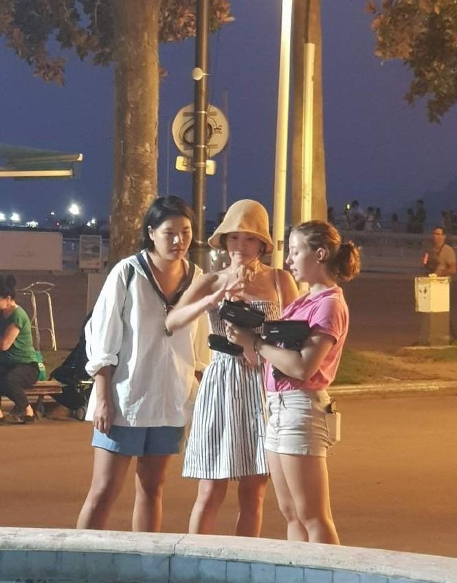 Song Hye Kyo mặt mộc, diện váy quây gợi cảm đi chợ đêm ở Pháp - ảnh 2