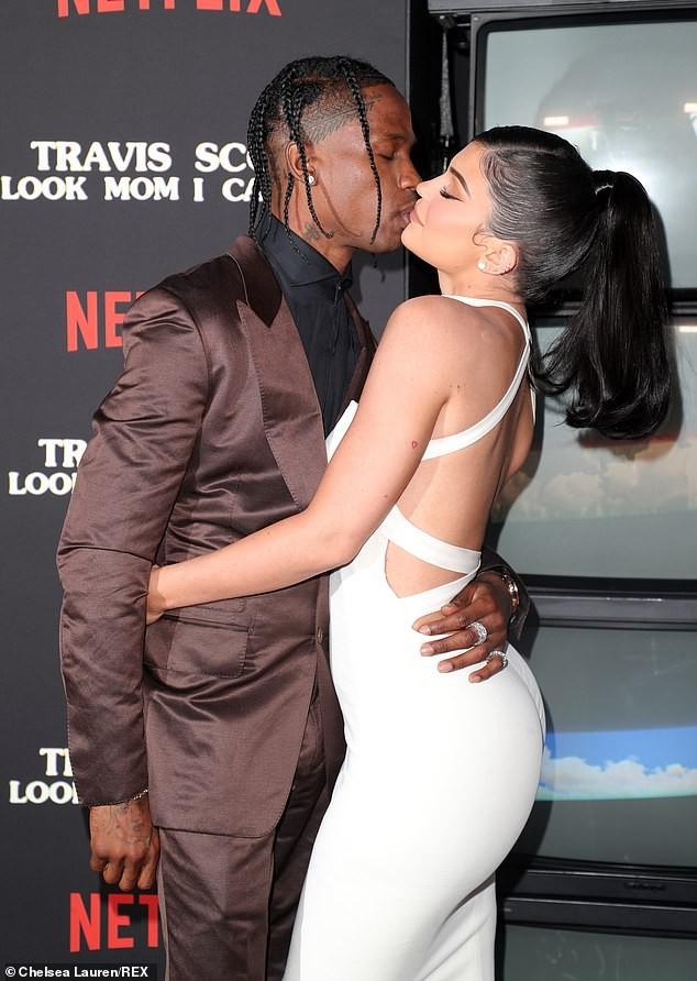Tiểu thư tỉ phú nhà Kardashian dáng đẹp gợi tình bên bạn trai - ảnh 9