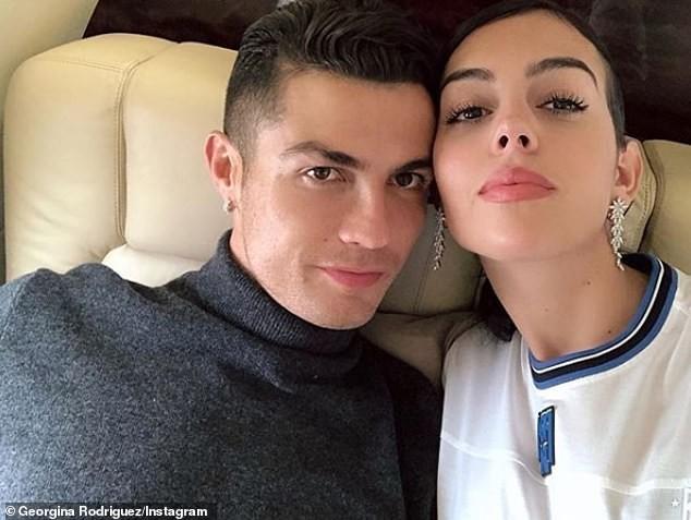 Đi xem thời trang, bạn gái Ronaldo mặc kín đáo vẫn siêu quyến rũ - ảnh 14