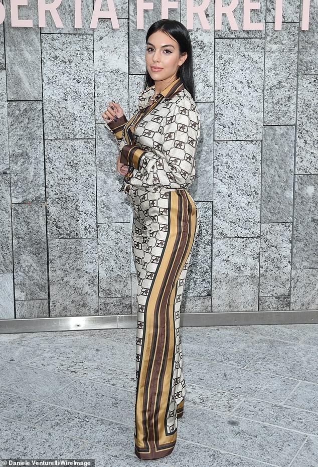 Đi xem thời trang, bạn gái Ronaldo mặc kín đáo vẫn siêu quyến rũ - ảnh 4