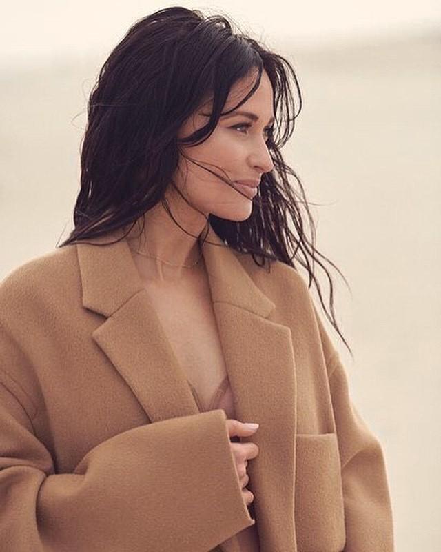 Nữ ca sĩ Mỹ Kacey Musgraves mặc táo bạo khoe đường cong nuột nà - ảnh 7