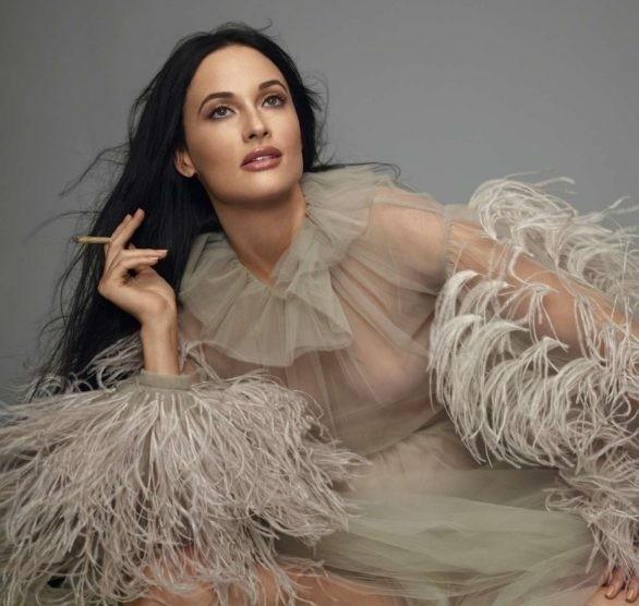 Nữ ca sĩ Mỹ Kacey Musgraves mặc táo bạo khoe đường cong nuột nà - ảnh 4