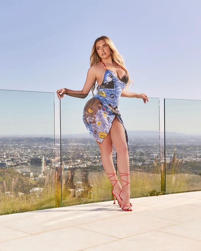 Đường cong hút mắt của bạn thân cô út tỉ phú nhà Kardashian  - ảnh 10