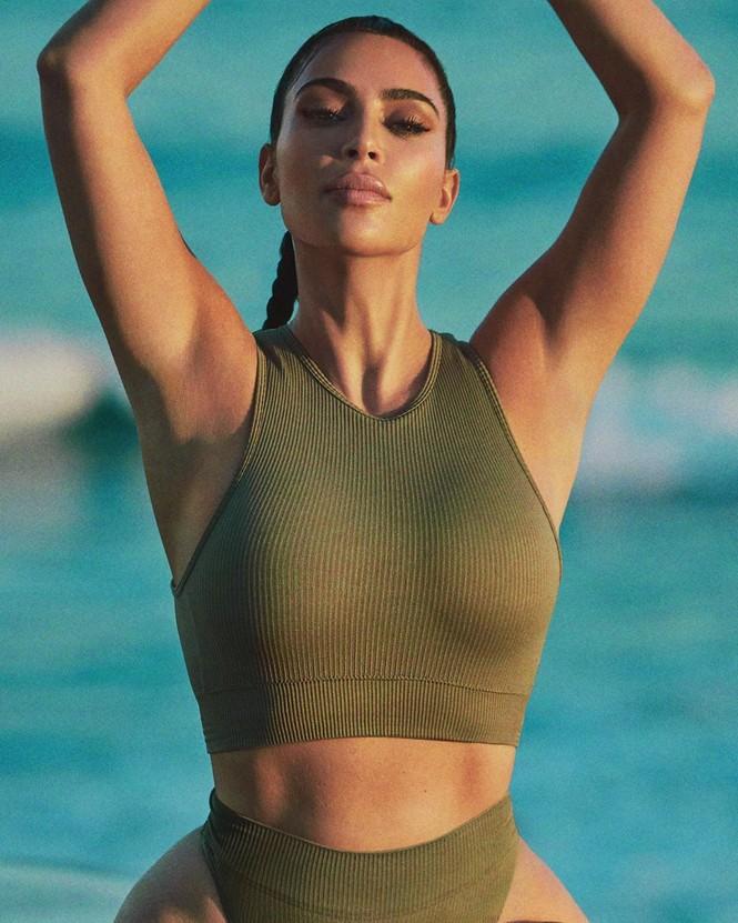 Kim Kardashian diện váy bó sát tôn ngực đầy eo thon nóng bỏng - ảnh 5