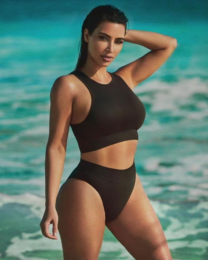 Kim Kardashian diện váy bó sát tôn ngực đầy eo thon nóng bỏng - ảnh 7