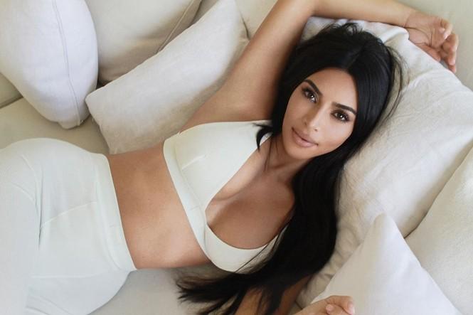 Kim Kardashian diện váy bó sát tôn ngực đầy eo thon nóng bỏng - ảnh 10