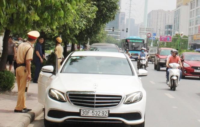 """Người ngồi trên xe vi phạm đòi """"hốt"""" cả tổ cảnh sát giao thông - ảnh 2"""