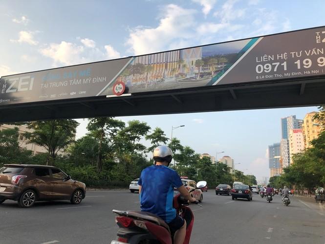 Hàng loạt biển quảng cáo cầu vượt hết phép tại Hà Nội - ảnh 9