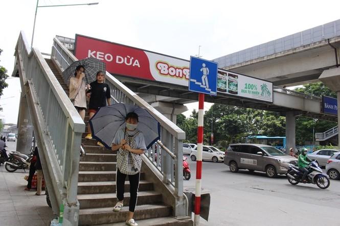 Hàng loạt biển quảng cáo cầu vượt hết phép tại Hà Nội - ảnh 10