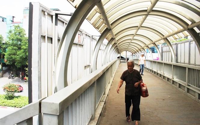 Hàng loạt biển quảng cáo cầu vượt hết phép tại Hà Nội - ảnh 11