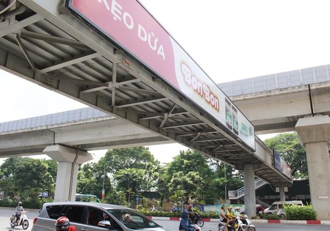 Hàng loạt biển quảng cáo cầu vượt hết phép tại Hà Nội - ảnh 1