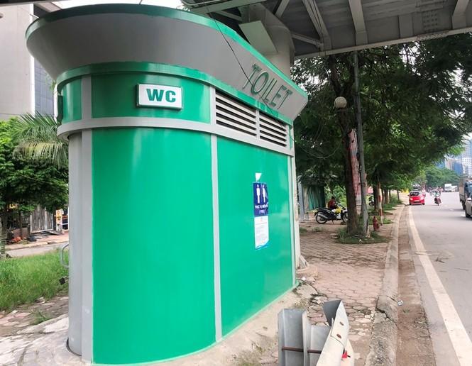 Hàng loạt biển quảng cáo cầu vượt hết phép tại Hà Nội - ảnh 2
