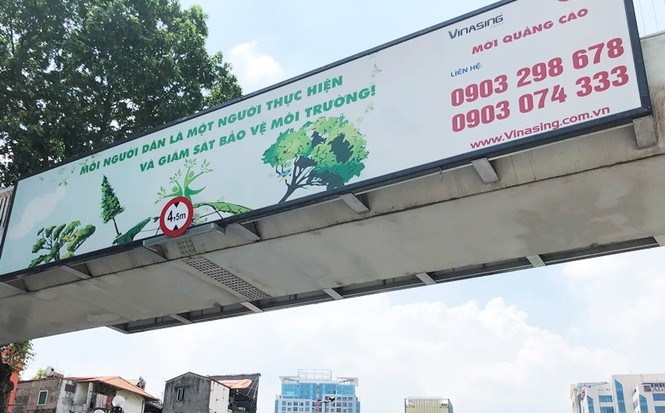 Hàng loạt biển quảng cáo cầu vượt hết phép tại Hà Nội - ảnh 3