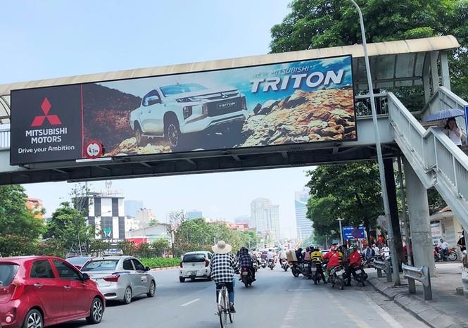 Hàng loạt biển quảng cáo cầu vượt hết phép tại Hà Nội - ảnh 4