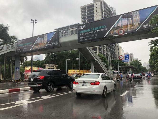 Hàng loạt biển quảng cáo cầu vượt hết phép tại Hà Nội - ảnh 6