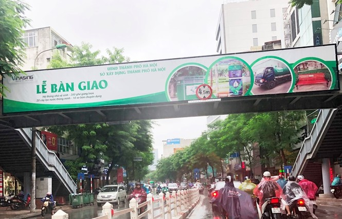 Hàng loạt biển quảng cáo cầu vượt hết phép tại Hà Nội - ảnh 7