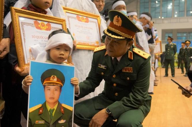 Rưng rưng lễ tang 22 chiến sĩ hy sinh tại Quảng Trị - ảnh 26