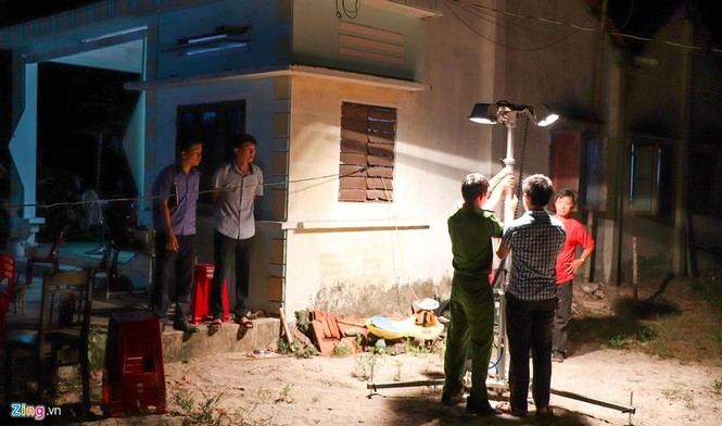 Vệt máu, đồ đạc ngổn ngang tại căn nhà 3 cha con bị chém ở Quảng Nam - ảnh 3