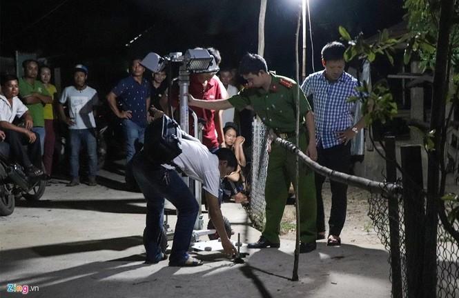 Vệt máu, đồ đạc ngổn ngang tại căn nhà 3 cha con bị chém ở Quảng Nam - ảnh 4