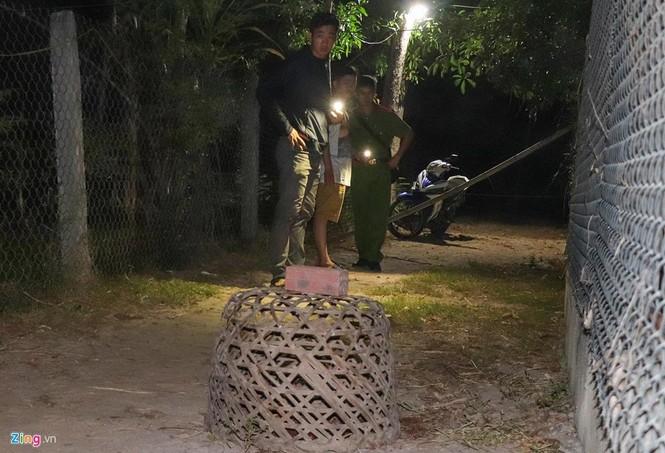 Vệt máu, đồ đạc ngổn ngang tại căn nhà 3 cha con bị chém ở Quảng Nam - ảnh 6