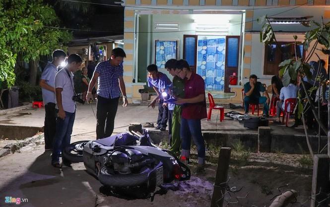 Vệt máu, đồ đạc ngổn ngang tại căn nhà 3 cha con bị chém ở Quảng Nam - ảnh 2