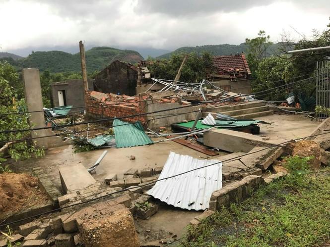 Lốc xoáy làm tốc mái 40 căn nhà - ảnh 1