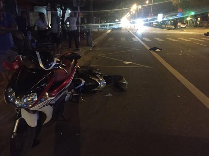Ô tô tông xe máy, hai thanh niên nguy kịch - ảnh 1