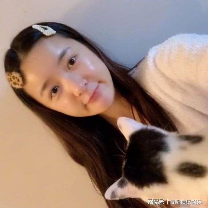 Con gái nuôi Châu Tinh Trì bị chỉ trích vì không phải cách ly tập trung sau khi về nước - ảnh 1