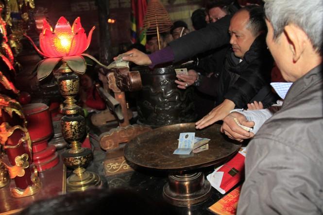Biển người chen lấn sau giờ khai ấn đền Trần - ảnh 10