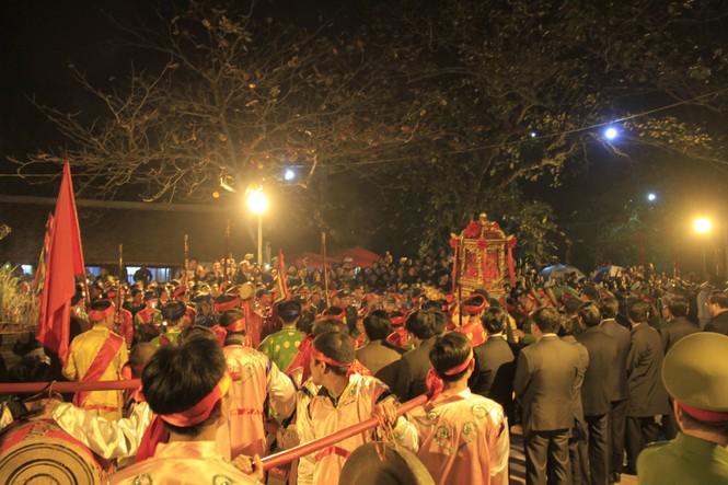 Biển người chen lấn sau giờ khai ấn đền Trần - ảnh 2