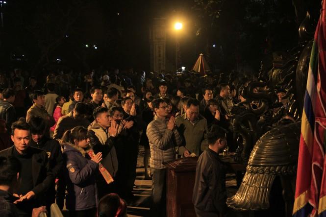 Biển người chen lấn sau giờ khai ấn đền Trần - ảnh 1