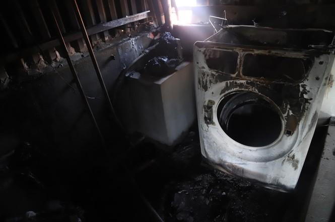 Tivi, máy giặt nóng chảy sau vụ cháy xưởng Cty Bóng đèn Rạng Đông - ảnh 4