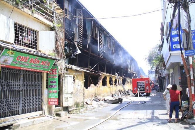 Tivi, máy giặt nóng chảy sau vụ cháy xưởng Cty Bóng đèn Rạng Đông - ảnh 1