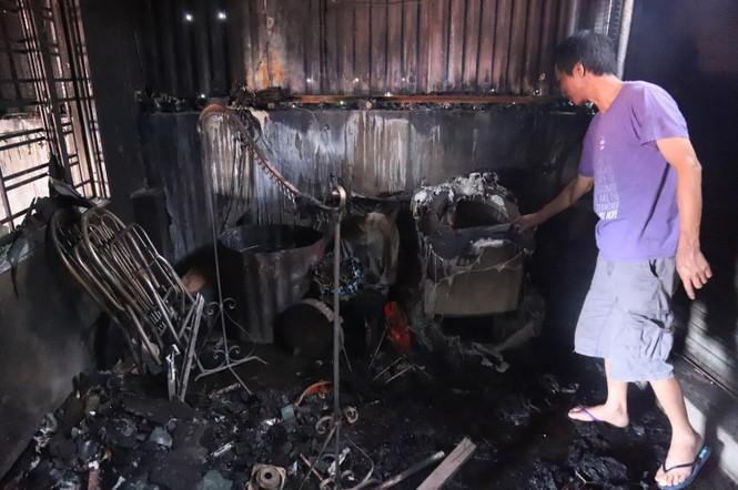 Tivi, máy giặt nóng chảy sau vụ cháy xưởng Cty Bóng đèn Rạng Đông - ảnh 3