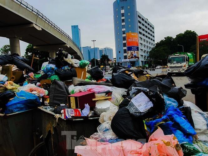 Bí thư Hà Nội nghe báo cáo 'thẳng, thật' việc người dân chặn bãi rác Nam Sơn - ảnh 1