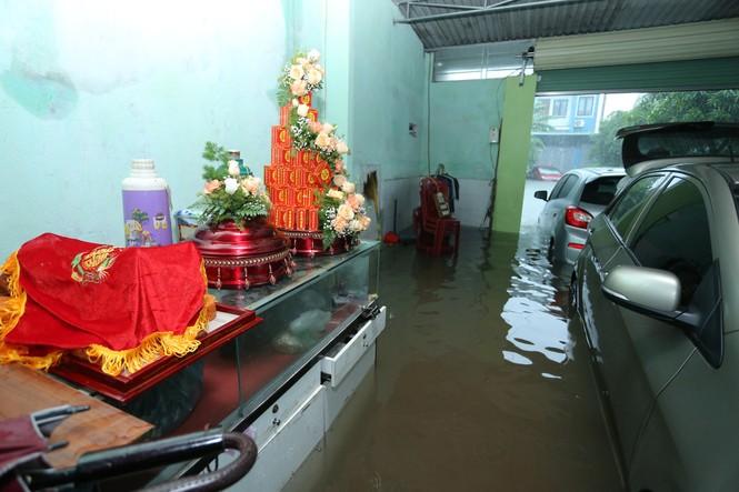 Đường ngập lụt, nhà trai dùng bể phao đẩy sính lễ ăn hỏi đến nhà gái - ảnh 1