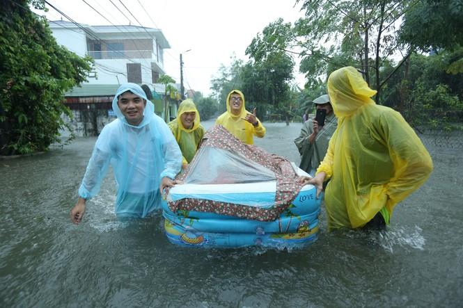Đường ngập lụt, nhà trai dùng bể phao đẩy sính lễ ăn hỏi đến nhà gái - ảnh 2