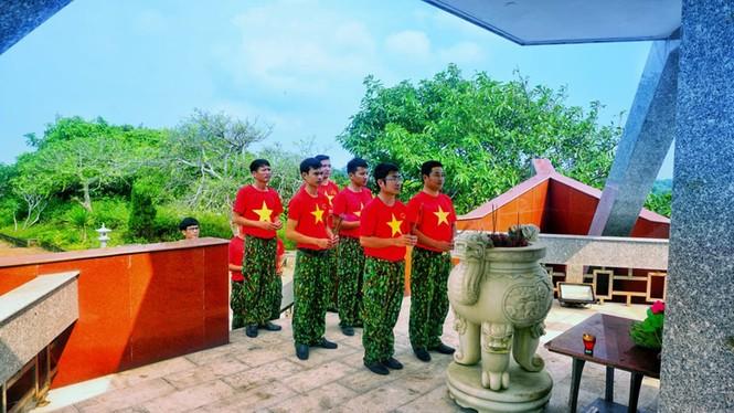 Lễ chào cờ đặc biệt nơi đảo tiền tiêu của Tổ quốc - ảnh 2