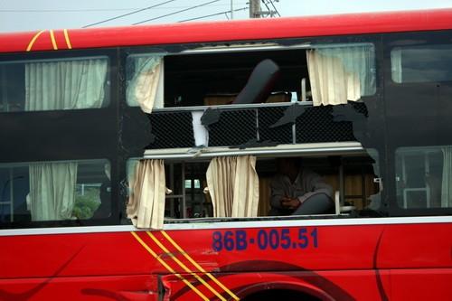 Xe buýt tông ô tô khách, hàng chục người la hét thất thanh - ảnh 1