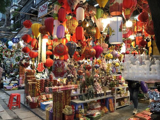 Tết Dương lịch đến gần, phố phường Hà Nội ngập tràn sắc đỏ - ảnh 9