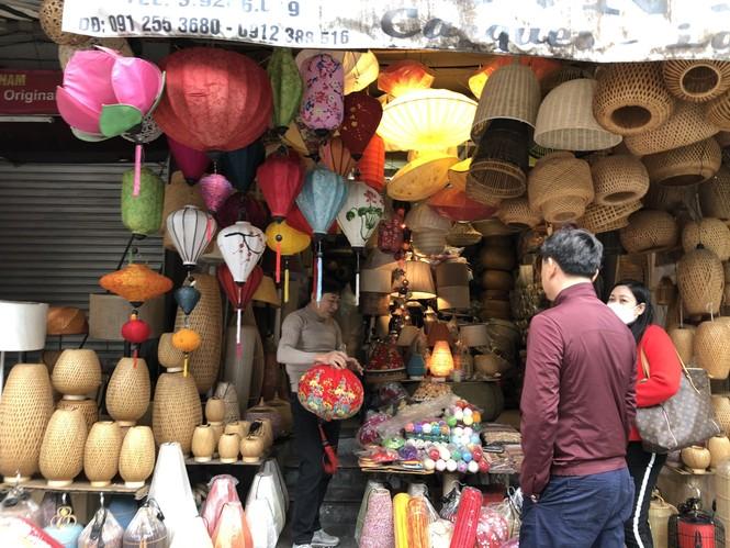 Tết Dương lịch đến gần, phố phường Hà Nội ngập tràn sắc đỏ - ảnh 6