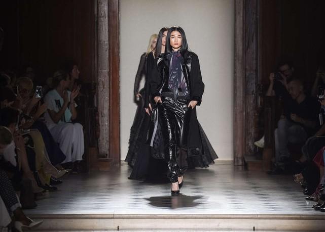 Kha Mỹ Vân mặc nội y, đeo lông vũ trên sàn diễn Paris - ảnh 9