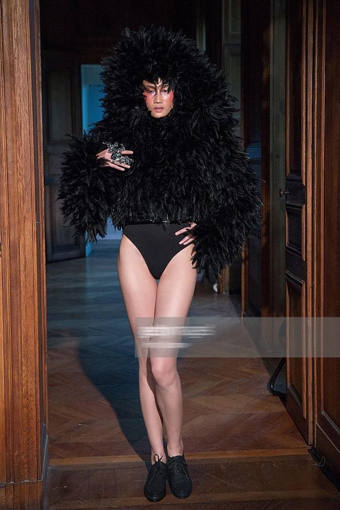 Kha Mỹ Vân mặc nội y, đeo lông vũ trên sàn diễn Paris - ảnh 1