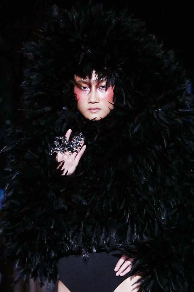 Kha Mỹ Vân mặc nội y, đeo lông vũ trên sàn diễn Paris - ảnh 3