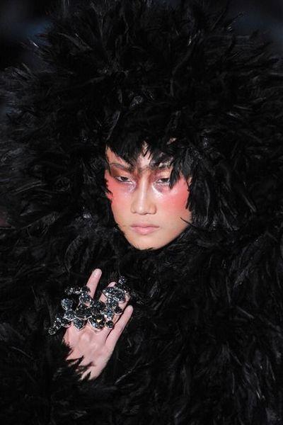 Kha Mỹ Vân mặc nội y, đeo lông vũ trên sàn diễn Paris - ảnh 4