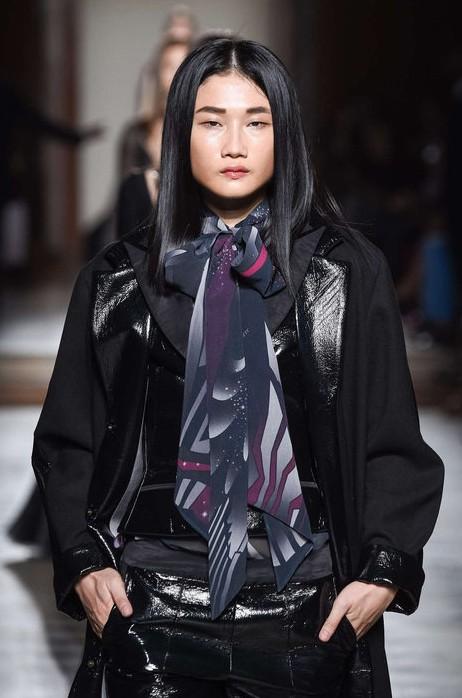 Kha Mỹ Vân mặc nội y, đeo lông vũ trên sàn diễn Paris - ảnh 5
