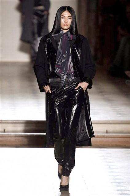Kha Mỹ Vân mặc nội y, đeo lông vũ trên sàn diễn Paris - ảnh 7