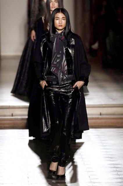 Kha Mỹ Vân mặc nội y, đeo lông vũ trên sàn diễn Paris - ảnh 8
