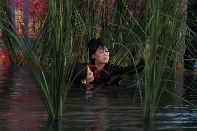 Thí sinh Next Top Model rơi xuống hồ nước khi chụp ảnh - ảnh 6